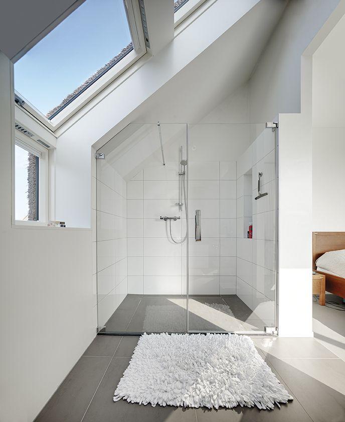 Łazienka z oknem: 5 zasad funkcjonalnej aranżacji na poddaszu