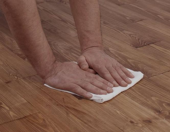 Podłoga drewniana - jak usunąć resztki farby olejnej?