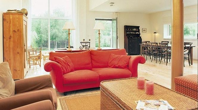 Jak w jednym salonie pogodzić kominek z telewizorem i meblami