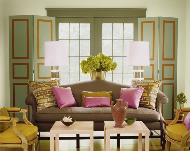 Zielony salon z efektownymi okiennicami