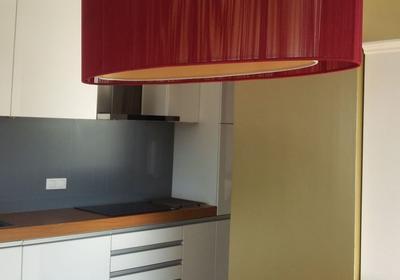Wystrój kuchni połaczonej z salonem. W roli głównej złota ściana