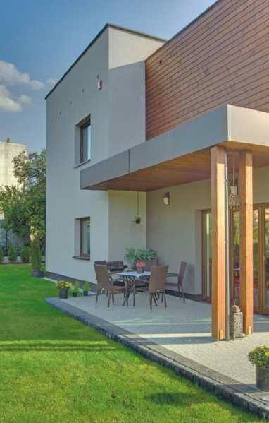 Dom ze słupami drewnianymi