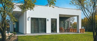 Parterowy dom modernistyczny. Płaski dach, duże przeszklenia i prosta bryła