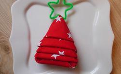 Jak złożyć serwetkę w choinkę? Pomysłowa dekoracja świątecznego stołu