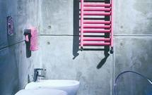 Nowoczesna łazienka. Aranżacja w tonacji szarości przełamana kolorowym detalem