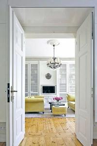 Drzwi w salonie