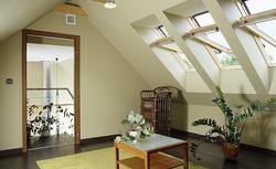 Komfortowe i dobrze doświetlone poddasze. Jak wybrać okna dachowe i akcesoria do nich?