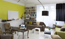 Aranżacja wnętrza, w którym dominują na ścianach kolory szary i zielony