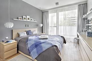 Szare ściany w jasnej sypialni