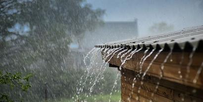 Wody opadowe - przepisy. Jak zgodnie z prawem odprowadzać deszczówkę?