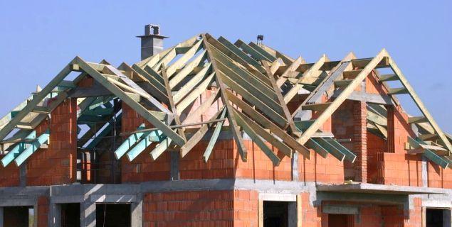 Więźba dachowa bez błędów. Radzimy, jak sprawdzić zamówione drewno i skontrolować pracę cieśli