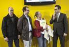 <p>Wyróżnienie od firmy ISOVER otrzymali architekci z Grupy Synergia. Na zdjęciu dyplom od Benedykta Korduły, dyrektora marketingu ISOVER, odbiera arch. Anna Bać.</p>